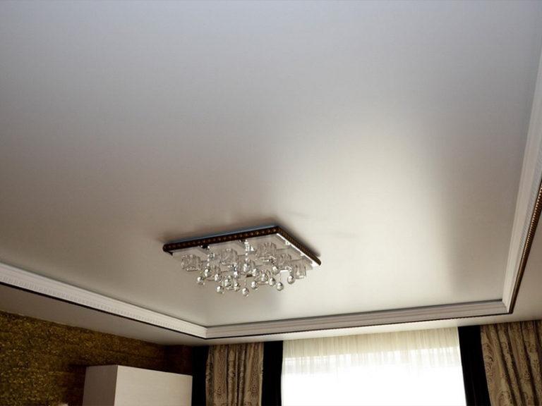 Бесшовный потолок в гостиной