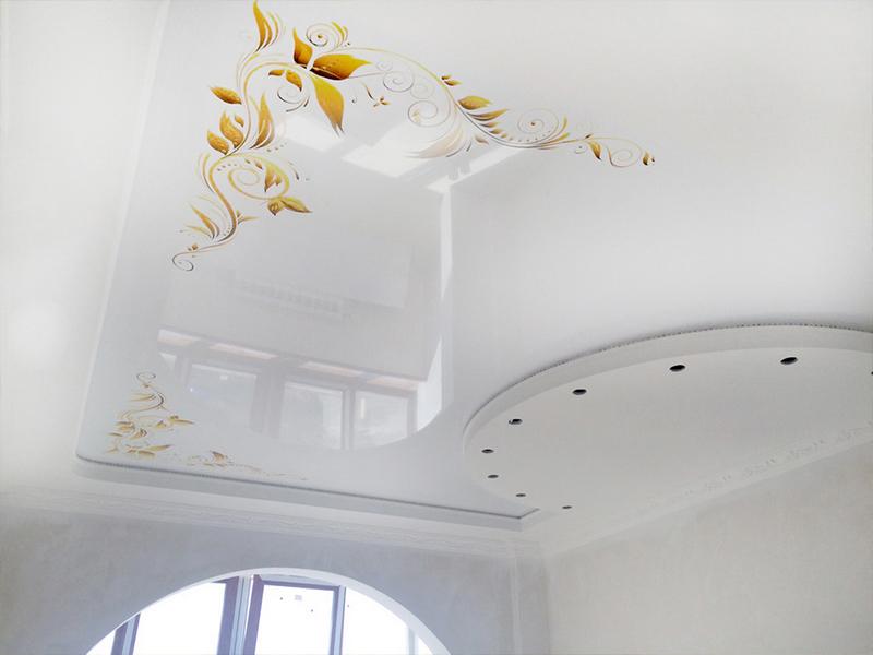 Глянцевый потолок с рисунком