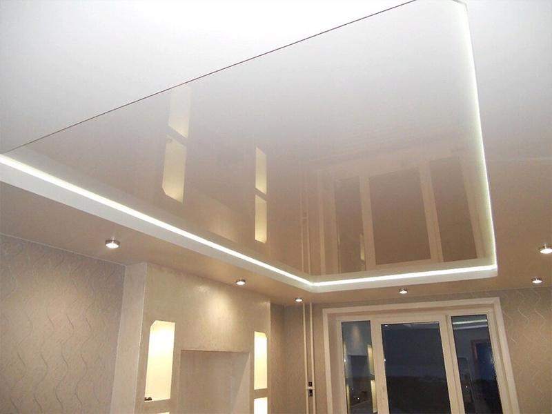 Глянцевый потолок в спальню с подсветкой