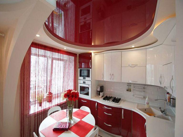 Красный глянцевый потолок на кухне