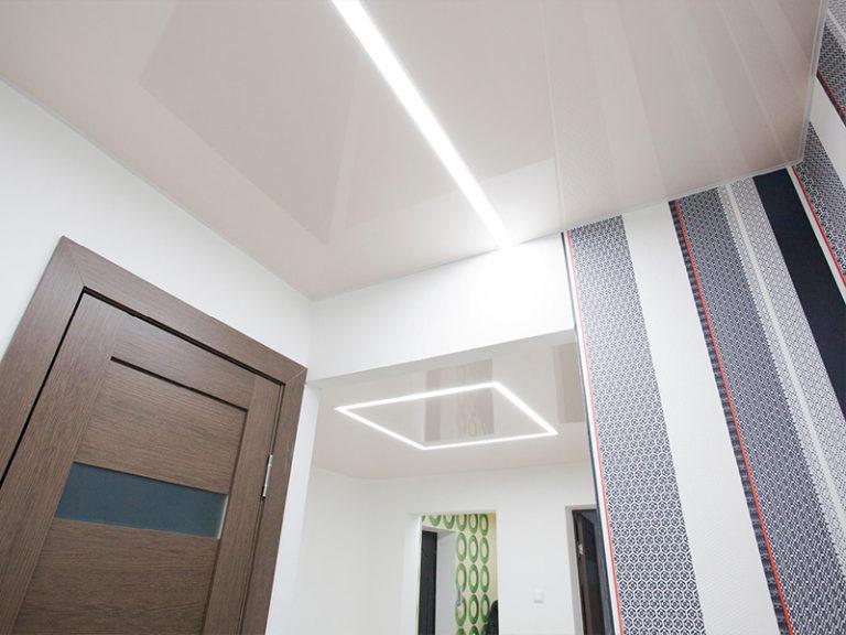 Глянцевый потолок с подсветкой в прихожей