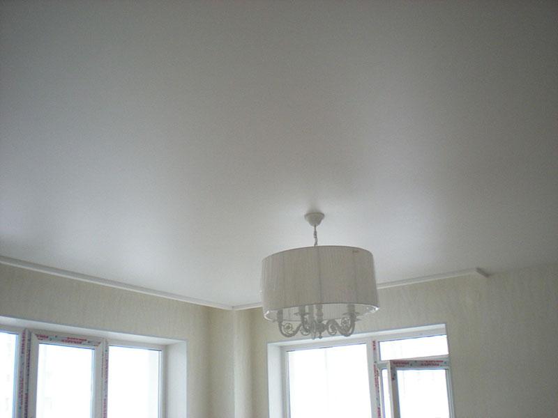 Сатиновый потолок на кухне
