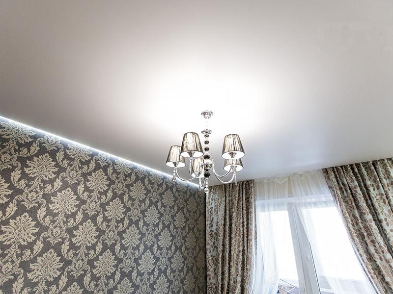 Сатиновый потолок в спальне